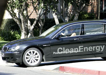 Jennifer Garner gets out in her BMW 7 hydrogen.